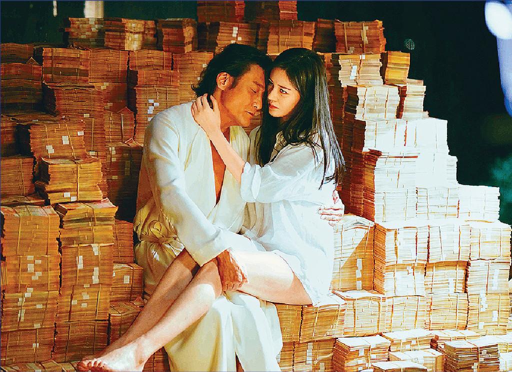 ■賊王梁家輝收到巨額贖款,堆滿房間。