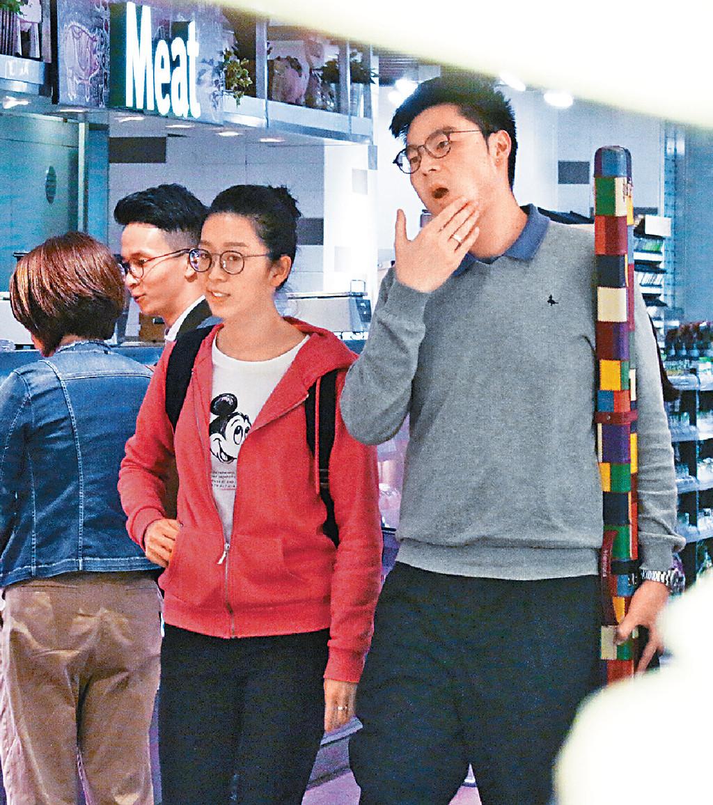 ■吳安儀與男友拍拖行超市。
