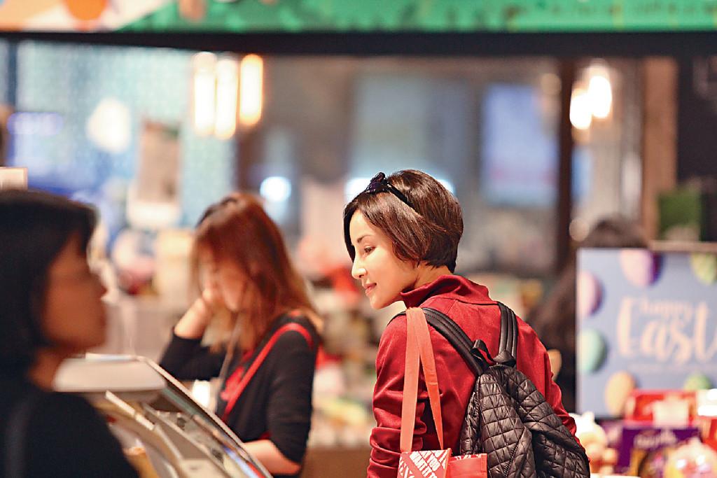 仙氣行超市 ■日前,雪兒獨自行ifc的超市時,不時甜笑散開仙氣。