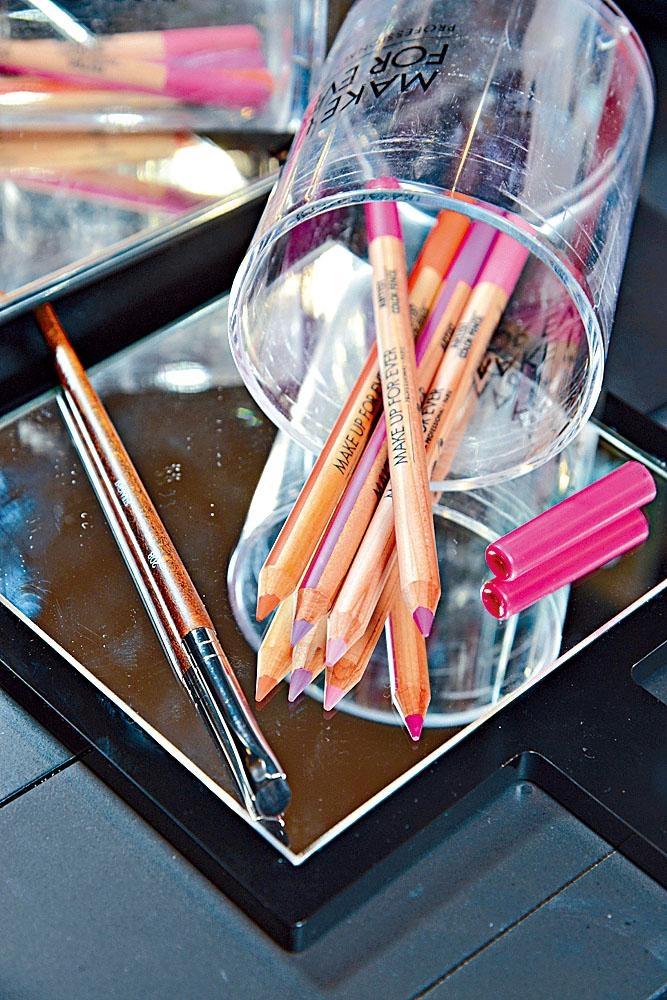 左/中型精準暈染眼影掃、右/Artist多用途玩色彩妝筆。