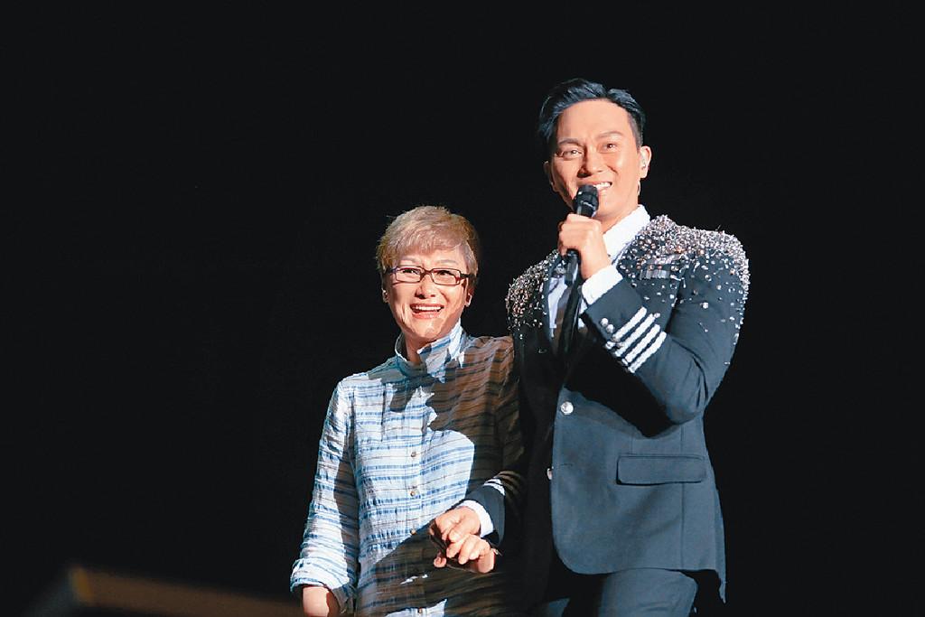 ■16年,Chilam在深圳舉行演唱會,趁母親節拖媽咪上台又攬又錫。