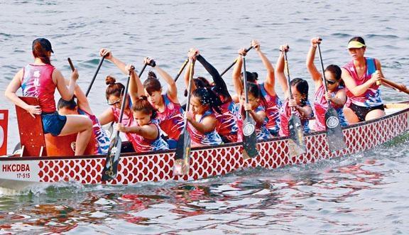 ●龍舟隊隊員提醒划龍舟時,必須謹記力度的運用,因為划龍舟是單邊的運動,所以要留意拉槳划水動作須取得平衡。