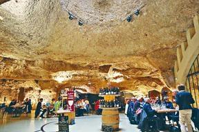 ●餐廳由山洞改建而成,天窗引入陽光,令洞內光猛舒適。