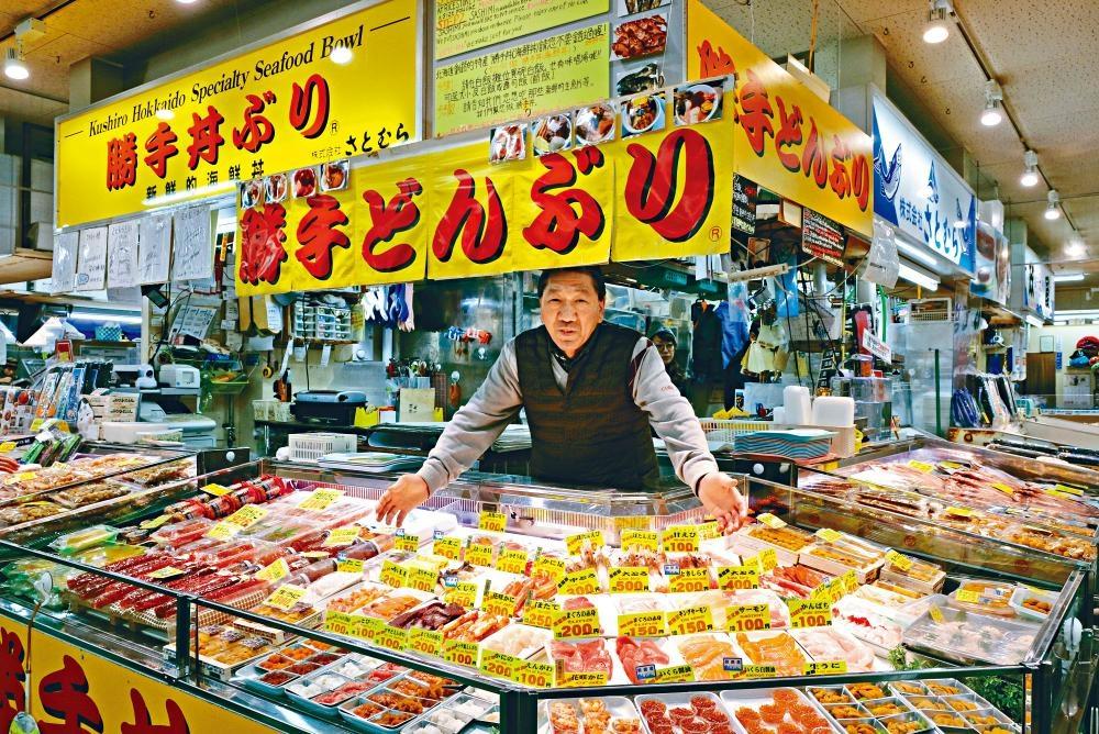 攤檔擺滿不同款式的魚生及海產供客人任意挑選。