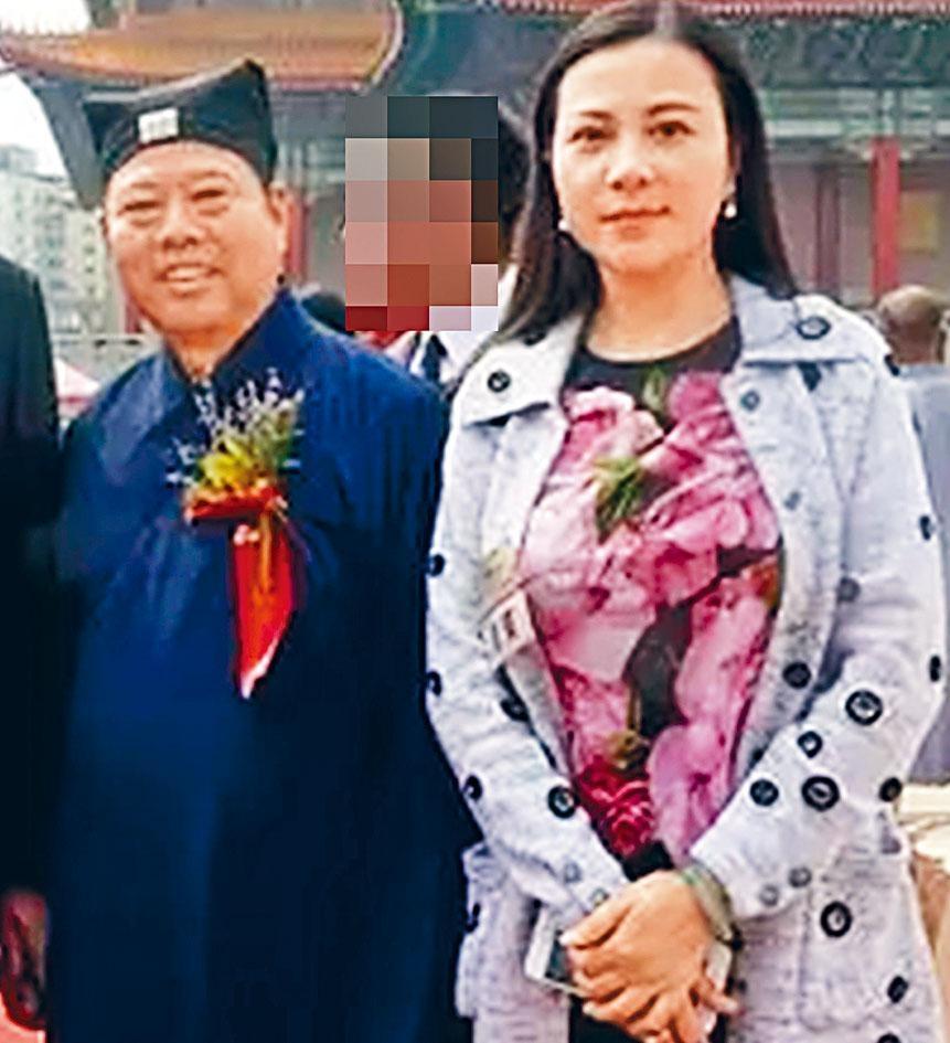 陆文荣身穿道服与妻子合照。