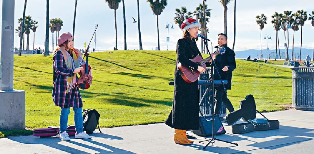 ■祖兒十分享受與團隊在海邊busking。