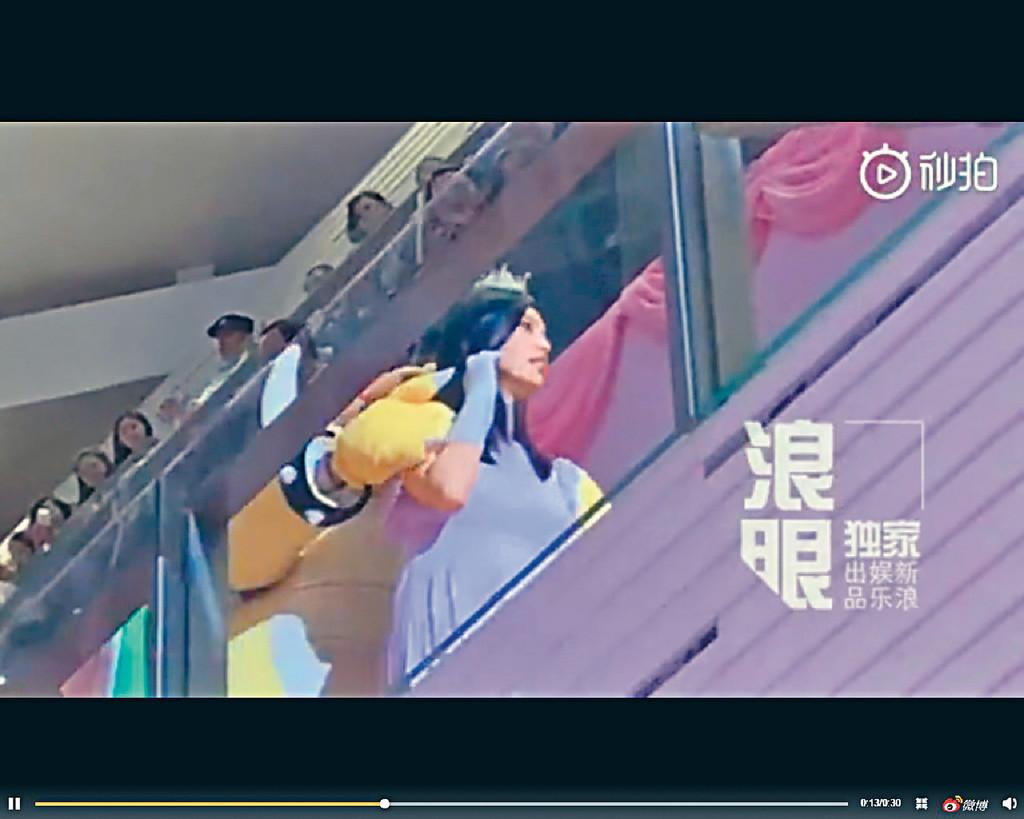 ■奚夢瑤戴上皇冠,在超級馬里奧遊戲中的大魔王陪同她出場。