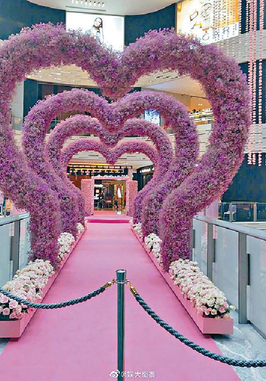 ■有指猷君清空了三層的商場,以99,999支玫瑰佈置成求婚場地。