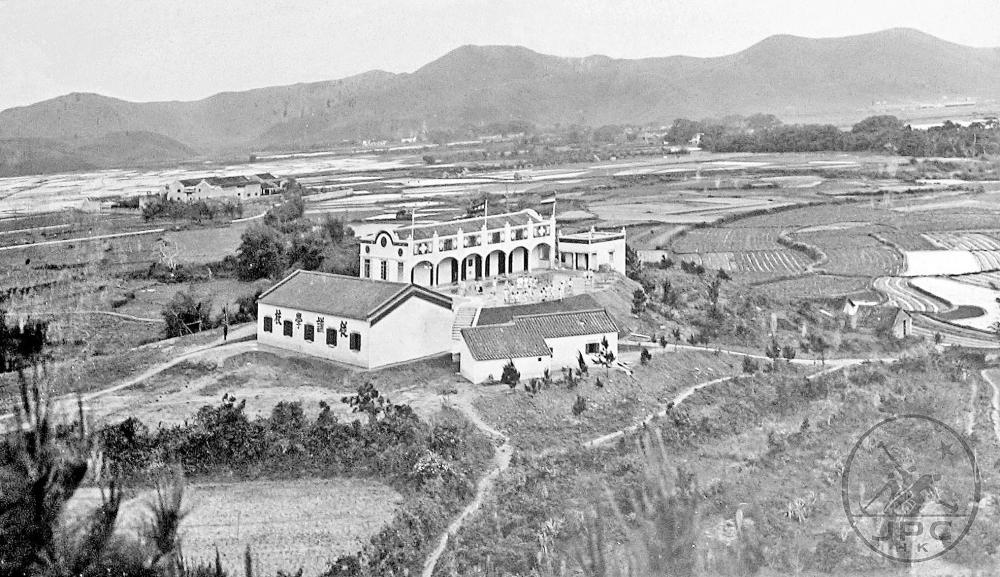 1927年從謙(初級小學)學校,可見四周盡是田園菜地。(黑白圖片)