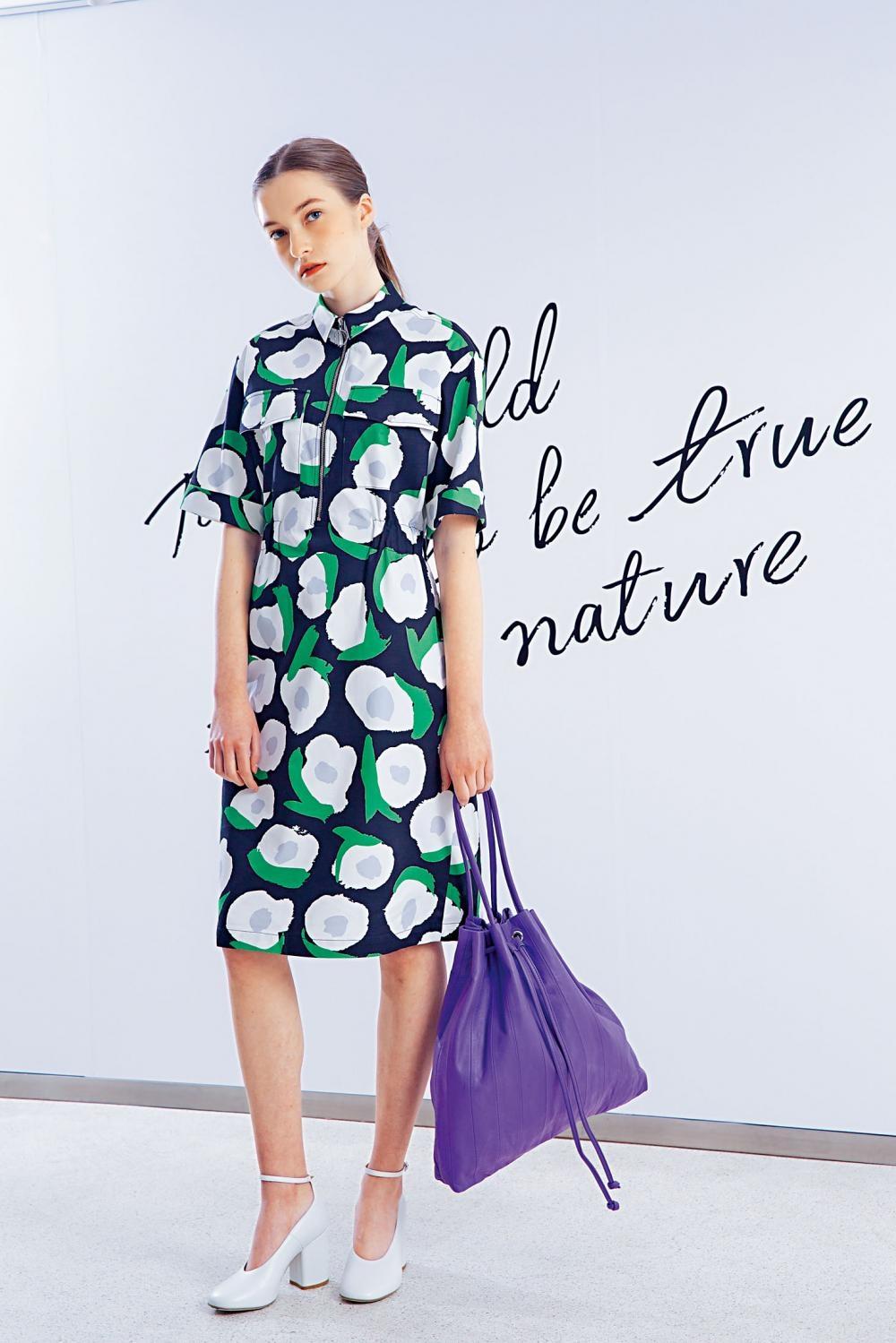 全新的Vikuri印花圖案連身裙、新登場的Klaara紫色皮革手袋。