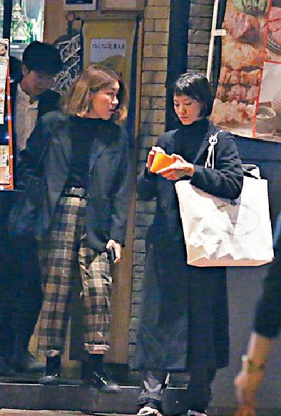 ■飯後,女友人在門口夾番錢畀Angela。