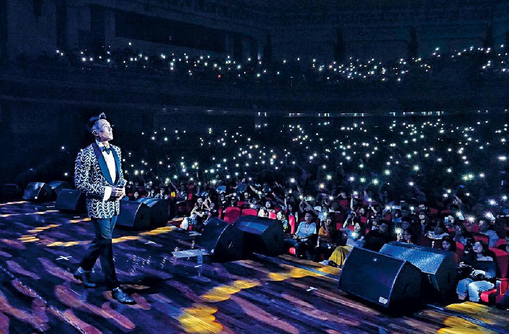 ■師兄好多首本名曲,觀眾邊唱邊開手機燈,畫面好靚。