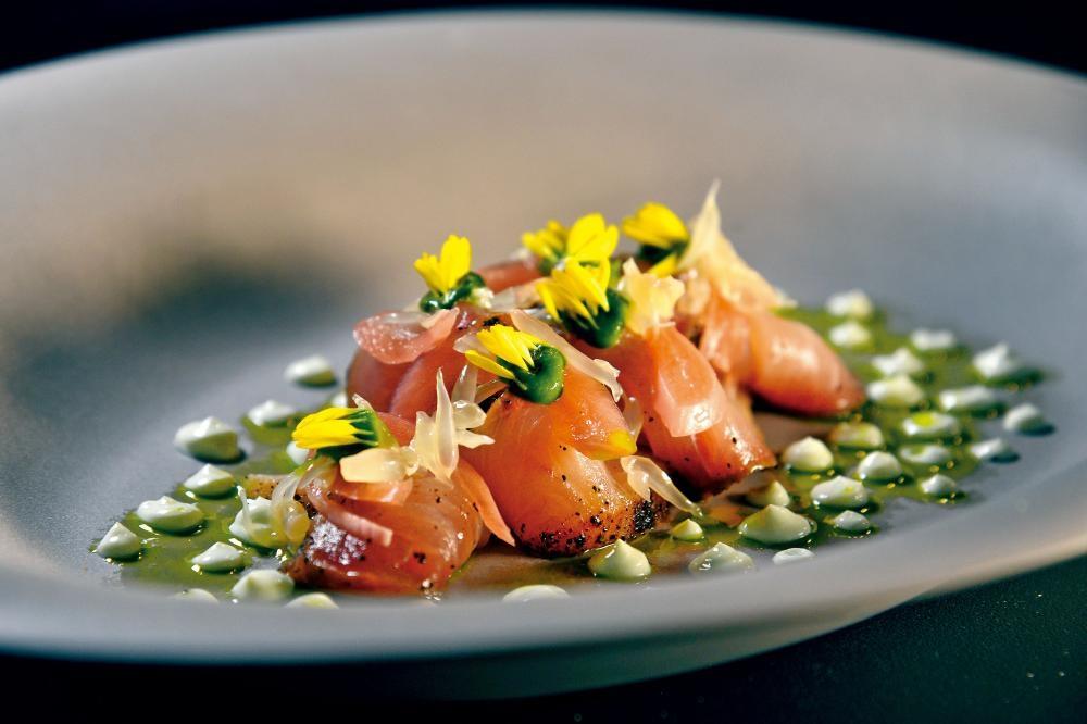 鰤魚刺身,賣相別出心裁,以咖啡粉醃過的薄切鰤魚刺身,砌成錦鯉魚模樣,端上桌前煙燻,配以西洋菜泥、醃漬紅葱頭及西柚品嘗。