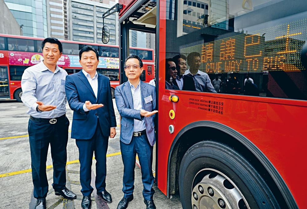 九巴安全總監關智偉表示,九巴正試驗引入一套智慧型指示燈系統。左為副車務總監黃健輝、中為行政總監許鎮德。