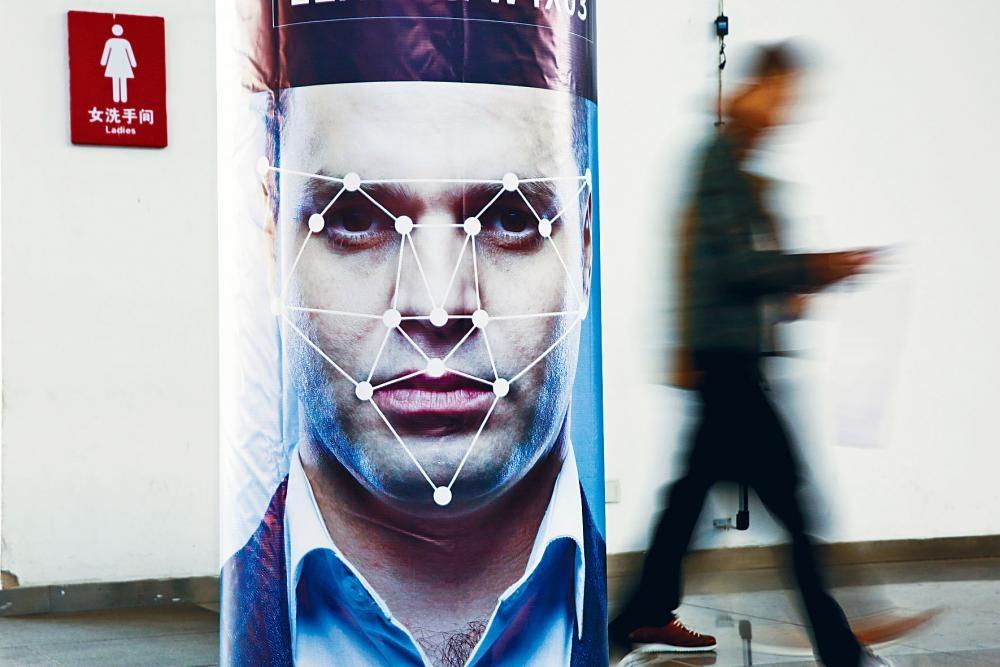 去年十月在北京舉行的公共安全產品博覽會,可見模擬人臉識別軟件的海報。