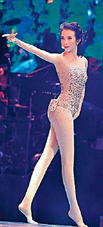 ■Karen擁有一對令女士相當葡萄嘅靚長腿,所以佢開Show,最愛台上Show靚腳。