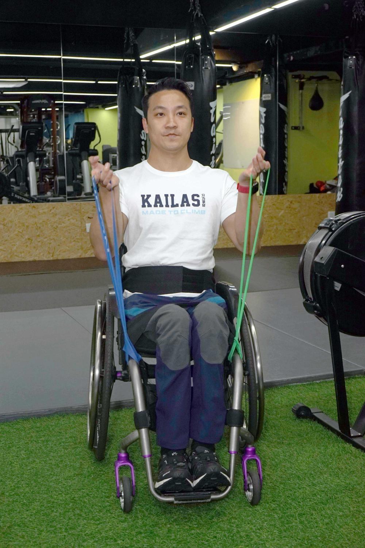 黎指輪椅人士可以橡筋帶進行阻力訓練,加強手部力量。