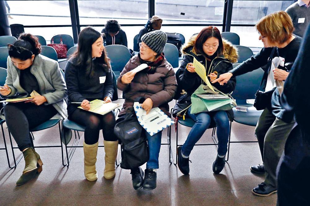 一批綠卡持有者在紐約填表申請成為美國公民。