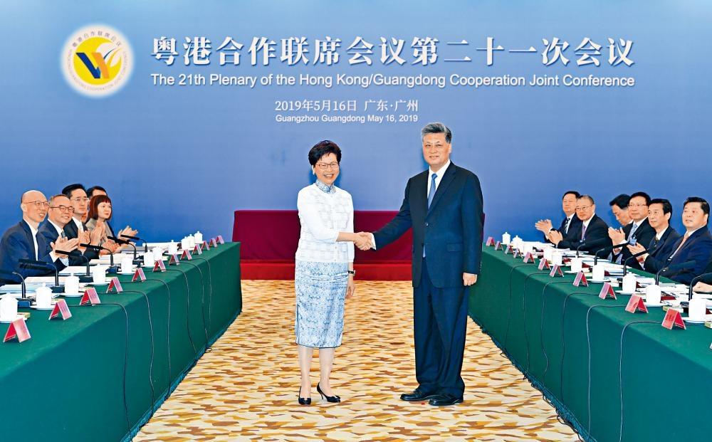 林鄭月娥率團到廣州出席「粵港合作聯席會議」,會前與廣東省省長馬興瑞握手。