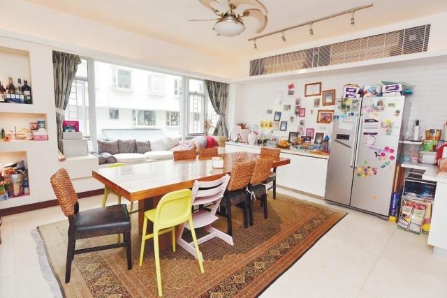 ■飯廳放有長形木系餐桌後,四周還有不少活動空間。