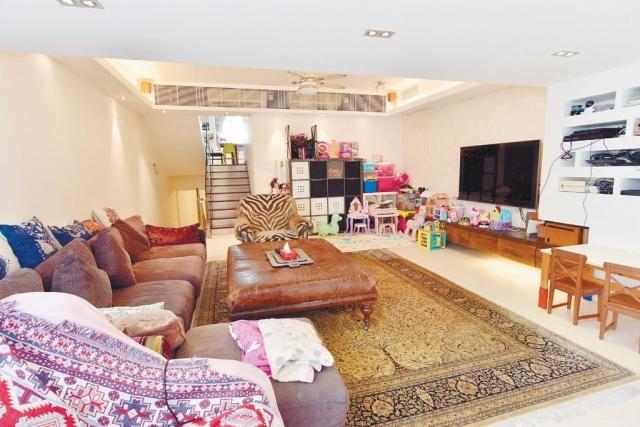 ■客廳間隔大而方正,以射燈及天花滲燈作照明。
