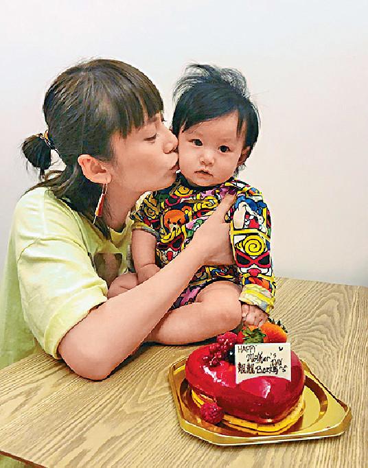 ■吳日言周日與女兒慶祝首個母親節。