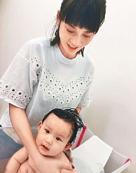 ■吳日言雖是新手媽媽,但與女兒沖涼完全冇難度。