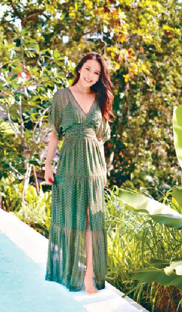 ■Kelly着deep V長裙展現高貴優雅。