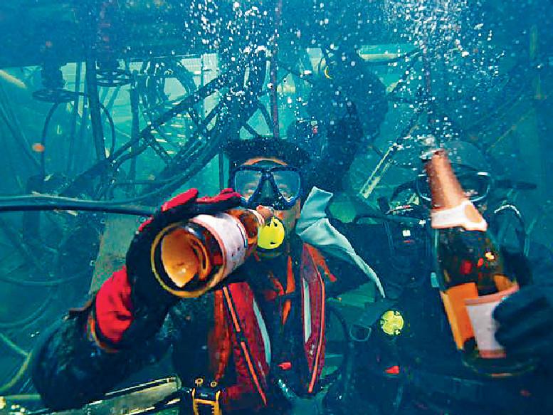 ■潛水精英彭于晏在30呎水深中開心隊酒。