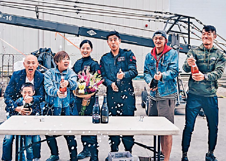 ■左起:導演林超賢、監製梁鳳英、辛芷蕾、彭于晏、徐洋和王雨甜等開香檳賀煞科。