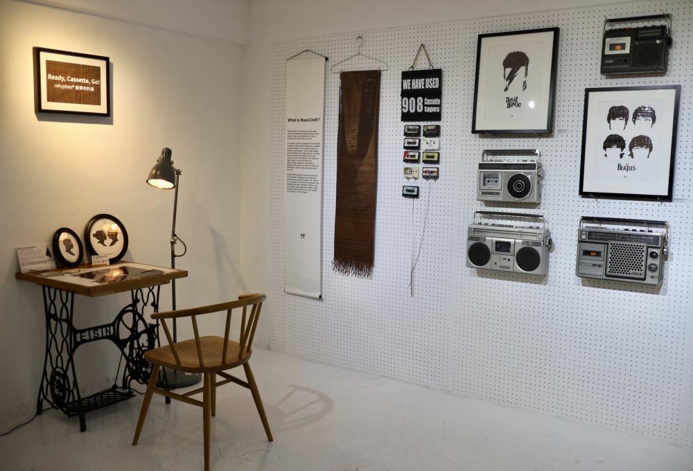 樓下一層展出一系列以卡式帶磁帶編織而成的「音樂布料」畫作。