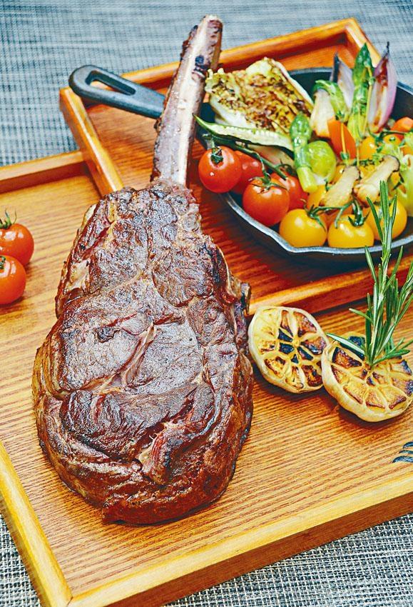 ●燒頂級戰斧牛扒配燒香菜薯菜伴蒜蓉汁,每份戰斧牛扒重約一點二千克,足夠四人享用。($960/千克)