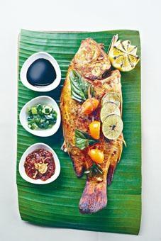 ●蕉葉青檸燒紅鱲魚,紅鱲魚以青檸、南薑、香茅及芫荽醃至入味,再焗至外脆內嫩,蘸上微辣的南薑汁、葱油或醬油享用。($398)