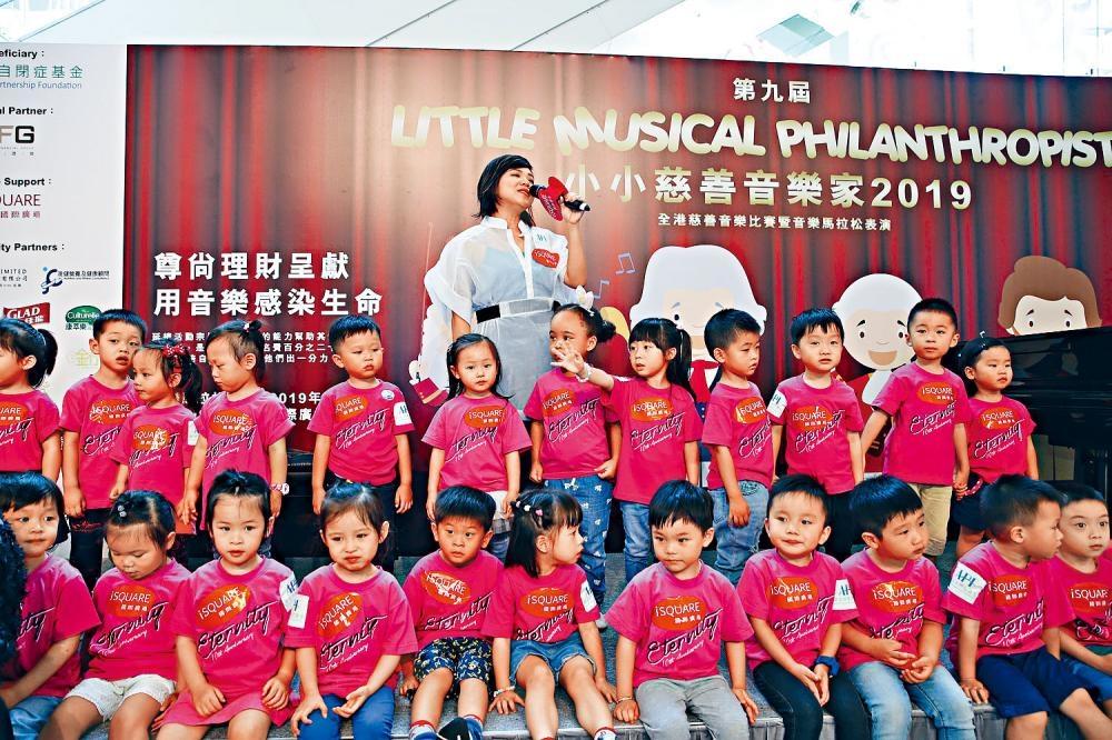 鄧小巧出席慈善活動時,自爆兒時遭母禁學樂器。