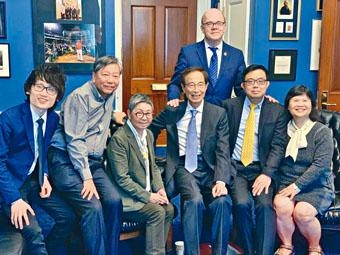 ■泛民訪美團與美國國會中國委員會主席McGovern合照。