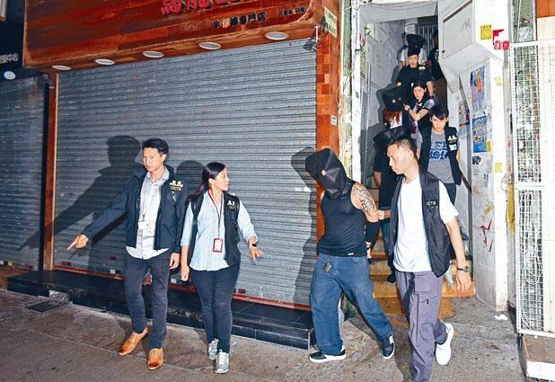 ■探員在旺角花園街樓上釣魚機賭場拘捕一批兌分仔及賭客。