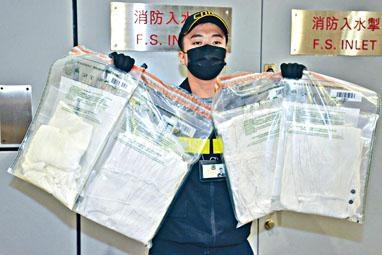 ■海關展示懷疑滲有液態可卡因的女裝衣服。