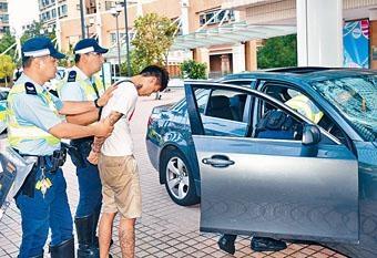 ■衝路障拒查司機逃走撞車就擒,由警員押返現場搜車。