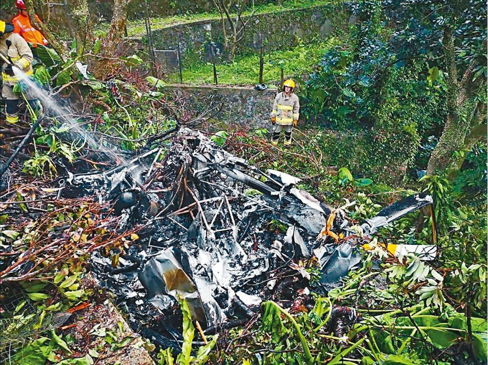 直升機在嘉道理農場的山邊墜毀,機師燒成焦屍,機身亦燒成廢鐵。