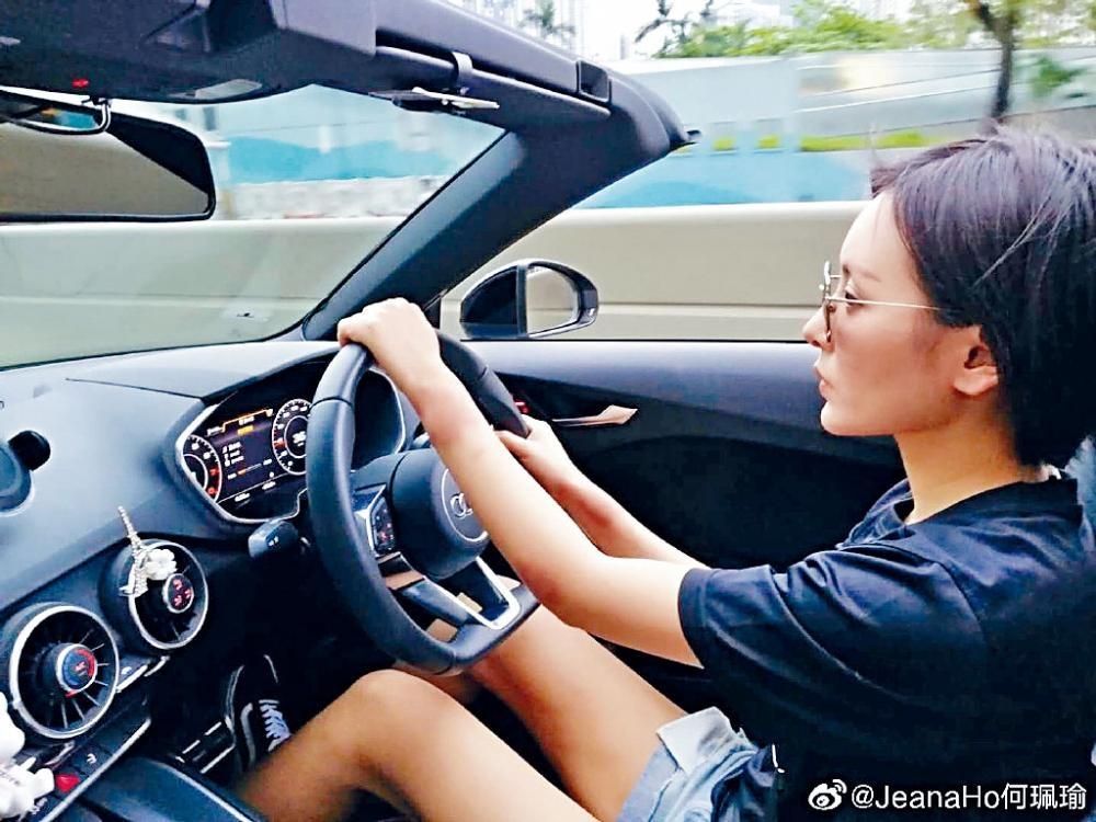 何佩瑜大晒揸車型相,但手上卻有不少瘀傷。