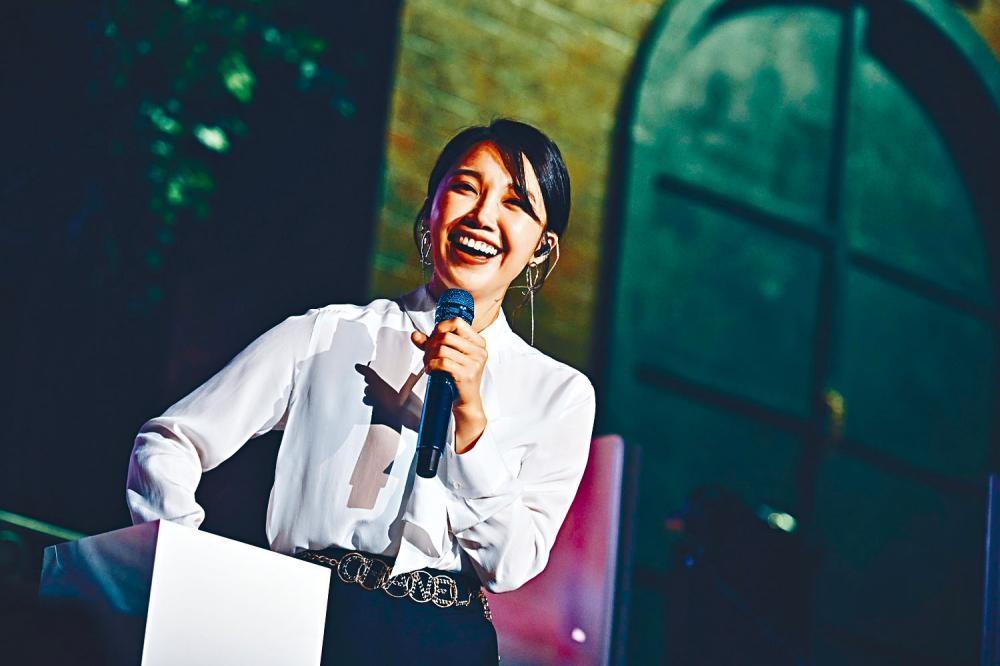 在騷中鄭恩地抽出歌迷寫給她的紙條,但有歌迷要求她當眾撒嬌。