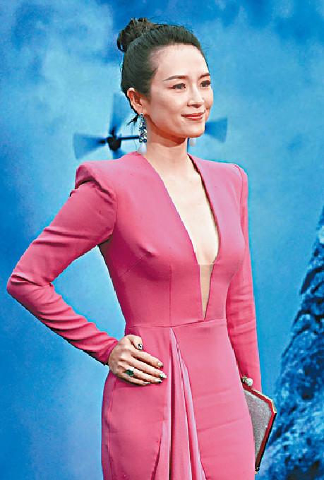 ■章子怡穿上桃紅色貼身裙,看來「零孕味」。美聯社