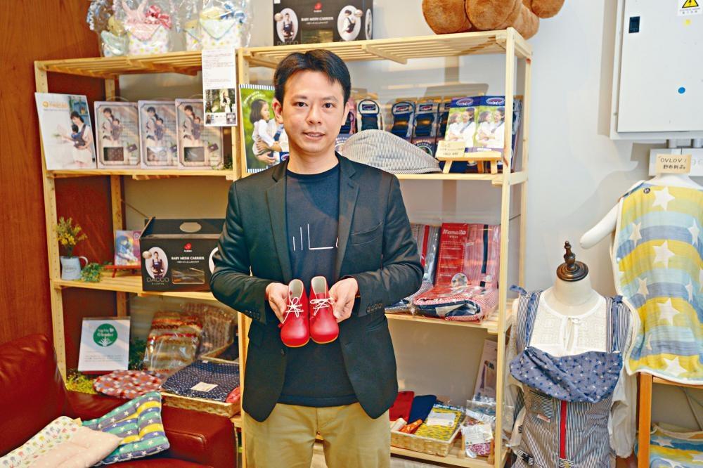 港爸陳駿輝(Kurt)獨力在港營運小店,自言辛苦但樂在其中。