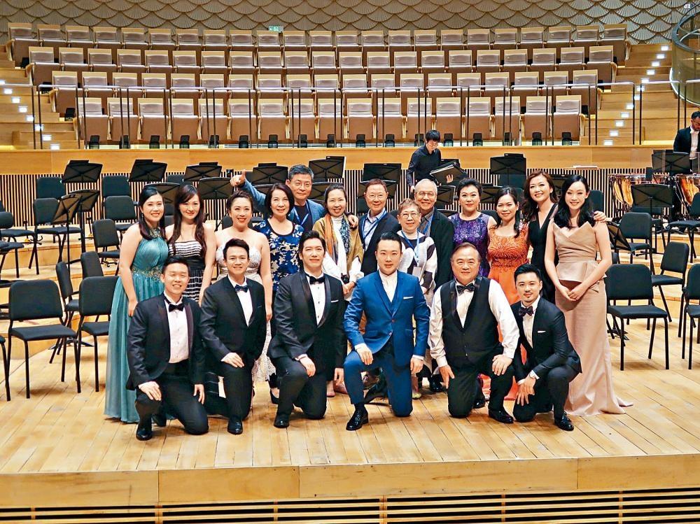 《瘋狂的愛》在蘇州金雞湖音樂廳演出後,監製龔冬健與嘉賓、全體演出者合照。