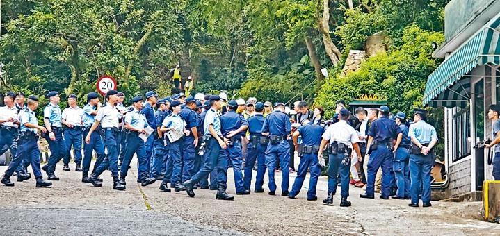 ■警方動員一百三十多人,在直升機墜毀現場蒐證。