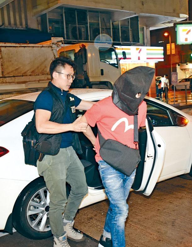 涉案譚姓主犯,被押返住所搜屋。