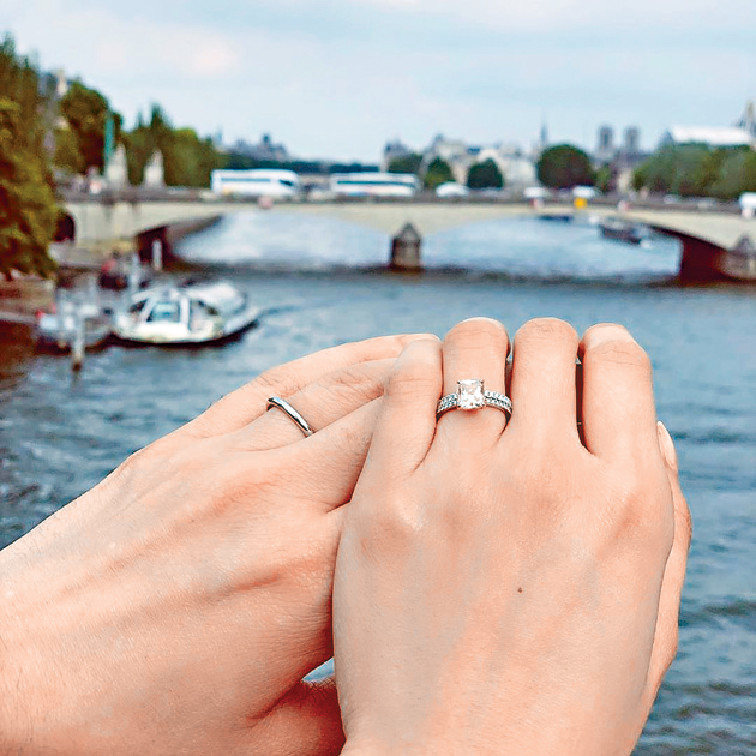 ■法拉在社交網大晒老公為她設計、獨一無二的粉紅鑽婚戒。