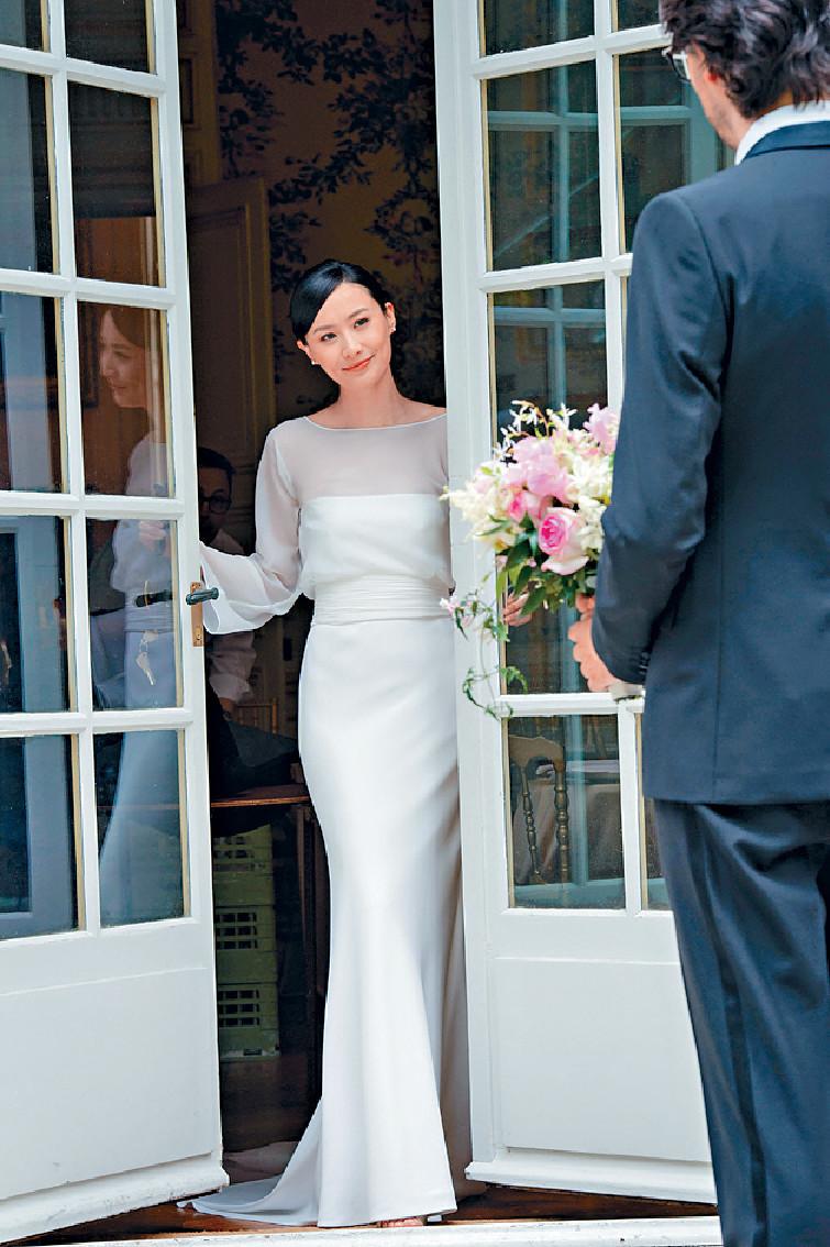 ■身穿簡約典雅婚紗出嫁的法拉,美艷動人。