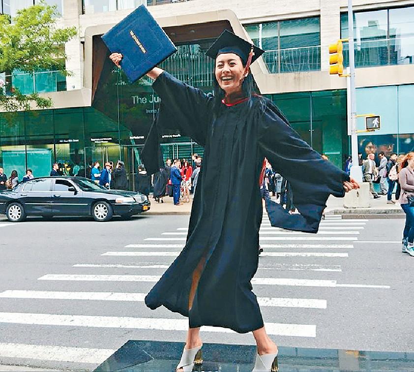 ■法拉14年毅然離開娛樂圈,選擇入讀紐約著名學院Juilliard School攻讀戲劇碩士課程,去年5月畢業。