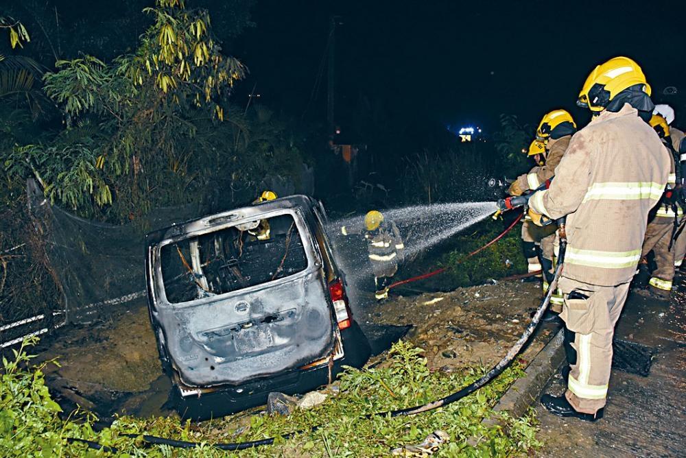 客貨車衝落斜坡起火,消防員將火撲滅。